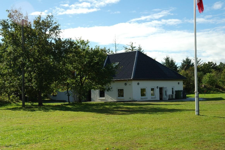 Et billede, der indeholder græs, udendørs, hus, felt  Automatisk genereret beskrivelse